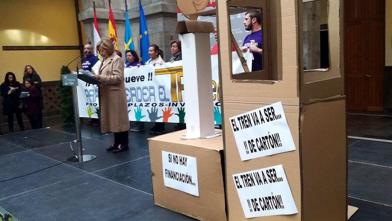 Tita Caravera lee el manifiesto de la Plataforma en Defensa del Plan de Vías junto a los líderes vecinales gijoneses