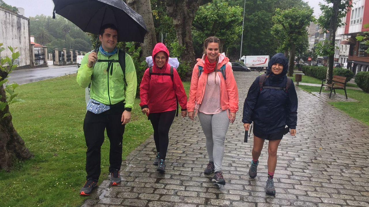 Kevin, Aída, Judith y Alicia llegaron el domingo a Ferrol desde Barcelona y ayer comenzaron una ruta que no les importa recorrer bajo la lluvia