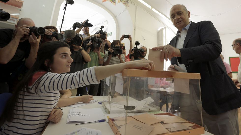 .El ministro del Interior en funciones y cabeza de lista por Barcelona, Jorge Fernández Díaz, vota en un colegio de la capital catalana.
