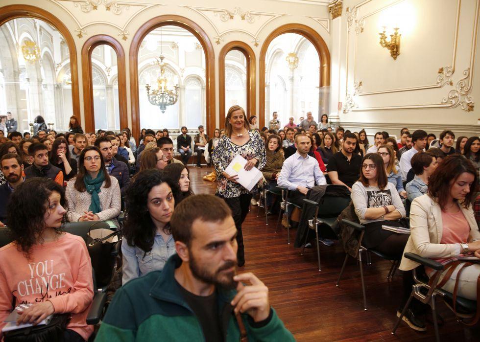 Carmela Silva dio la bienvenida ayer a los becarios en el salón de plenos de la Diputación.