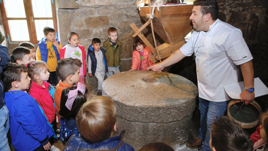 Alumnos del CRA de Valga visitan los Muíños de Barosa