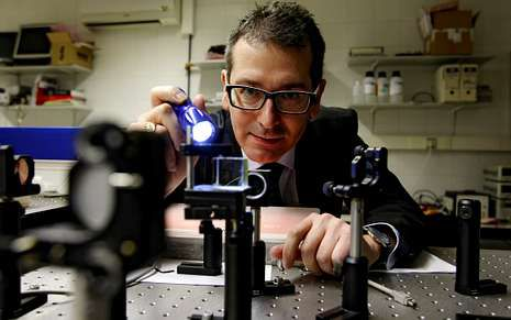 El catedrático de Óptica Humberto Michinel lideró el desarrollo de la nueva bombilla.