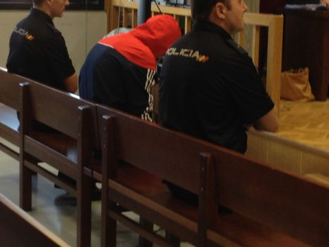 El acusado José Carlos M.A., con una sudadera con capucha, en el juicio que se comenzó esta mañana en la Quinta Sección de la Audiencia en Vigo
