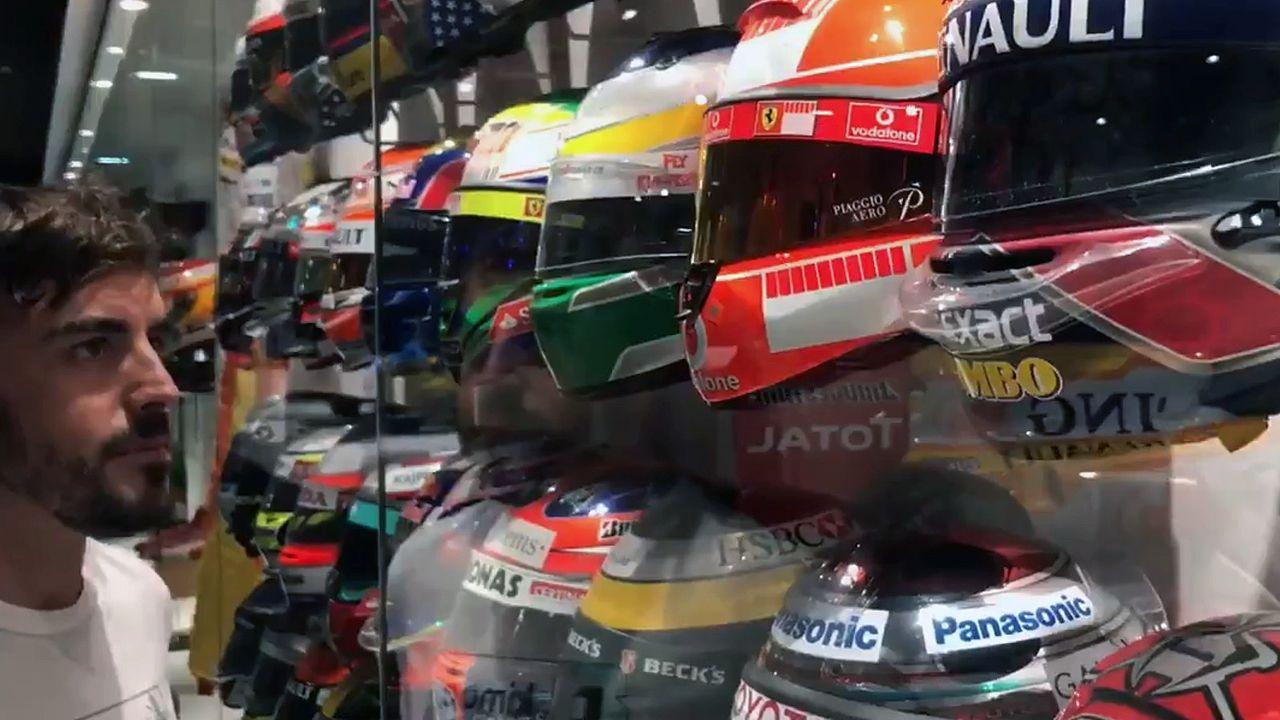.Fernando Alonso, en una imagen extraída de si vídeo de despedida, mira sus casos colgados en el museo de Llanera