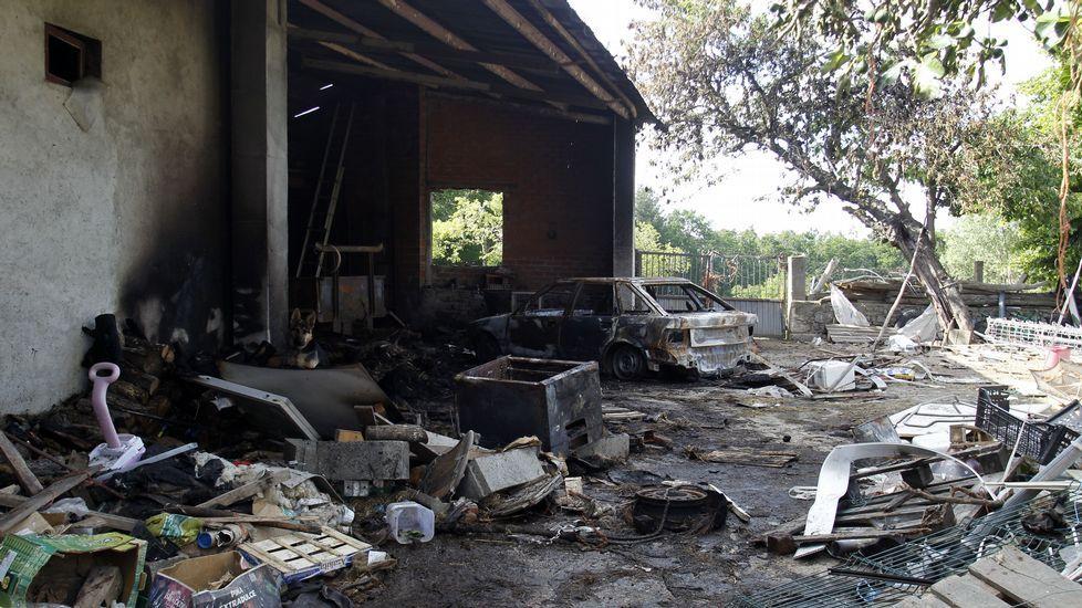 Aspecto que presentada el domingo por la tarde el cobertizo quemado, con el coche destruido por el fuego todavía sin retirar