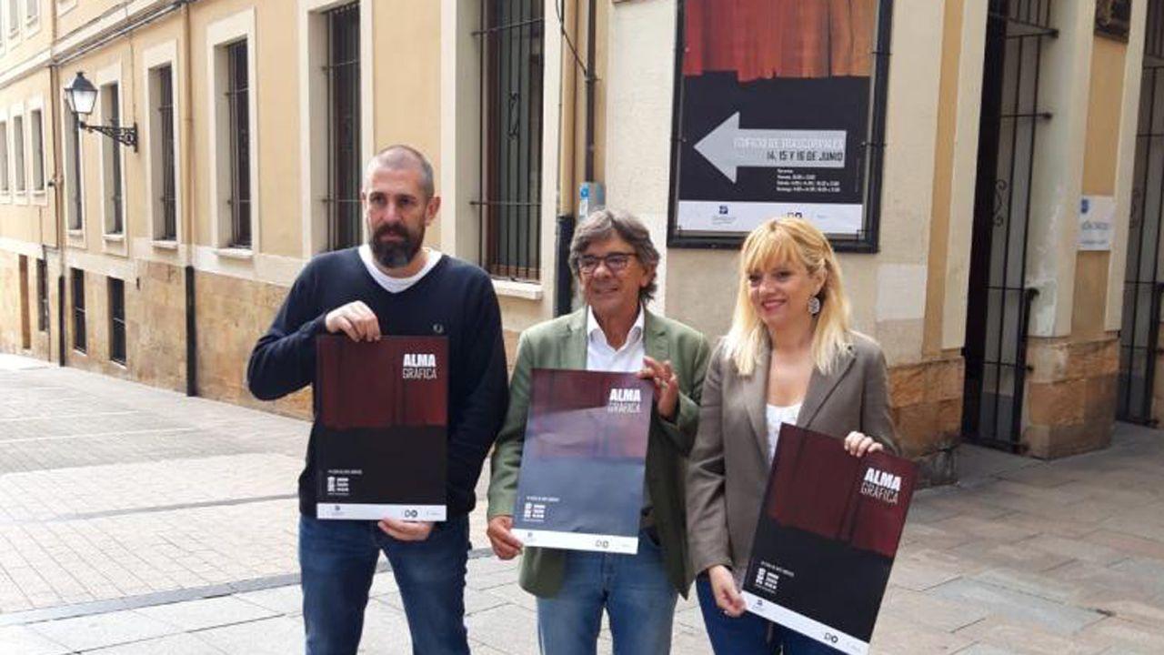 Roberto Sánchez Ramos, junto a la directora de Alma Gráfica, Marta Fermín, y su coordinador, José Castellano.