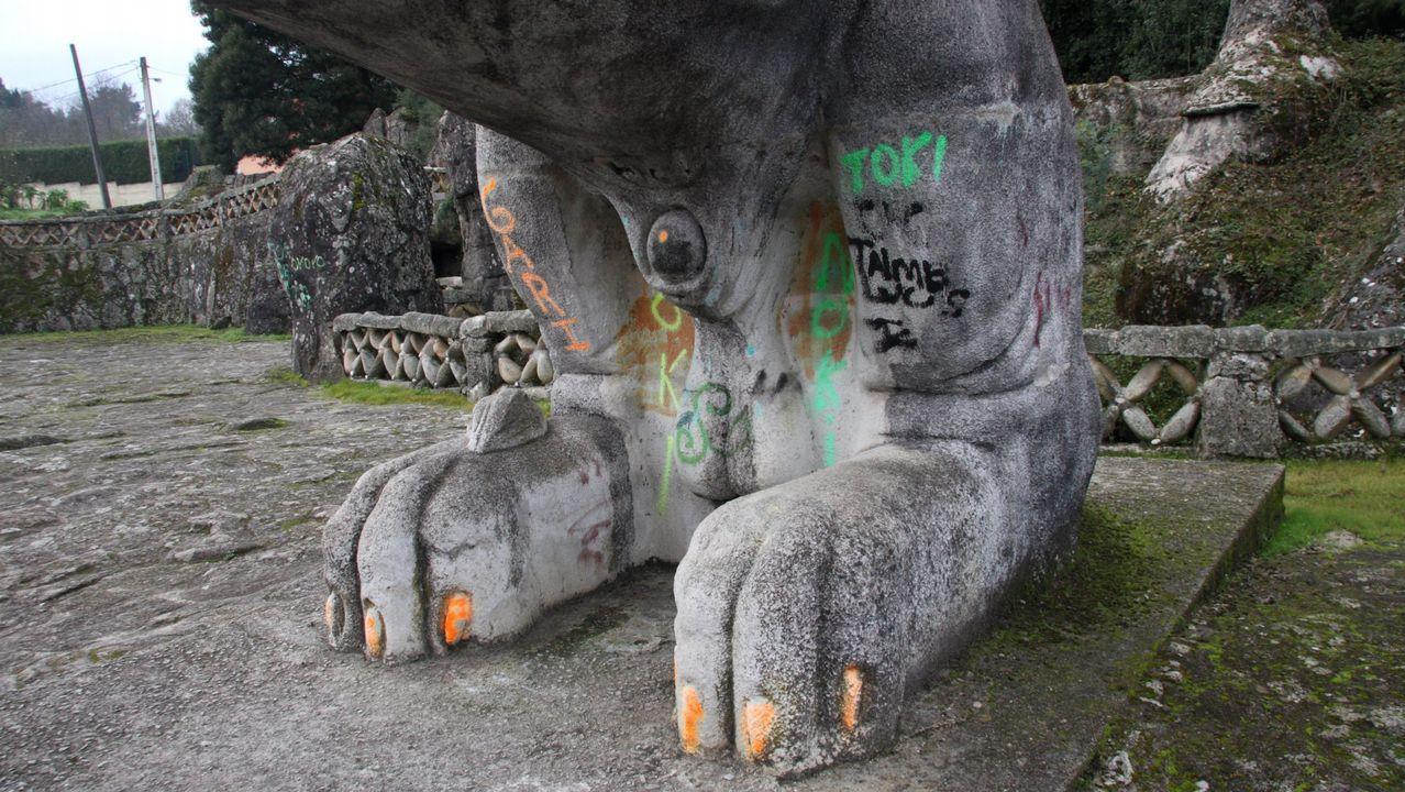 Uno de los leones del parque de O Pasatempo, en Betanzos, también fue objeto de los vándalos