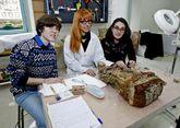 Las estudiantes Ana García y Candela Alvarellos, a la derecha, harán prácticas este verano.