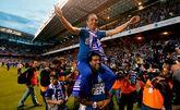 Bodipo lleva a José Luis Oltra a hombros para celebrar el ascenso del Dépor a Pirmera el 28 de mayo del 2012.