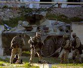 Soldados rusos se despliegan durante el asalto a la base aérea ucraniana de Balbek.