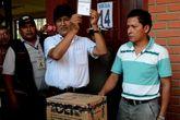 Evo Morales, antes de depositar su voto en la urna de cartón.
