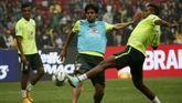 Kaká (c), durante un entrenamiento de la selección brasileña en el estadio Nacional de Pekín (China)