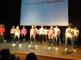Alumnos do instituto ordense actuando durante o festival .