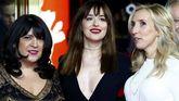E.L. James (izquierda) y Sam Taylor-Johnson (derecha) durante la presentación de la película en la Berlinale con la actriz Dakota Jonhson (centro)