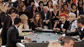 Invitados apostando en el casino de Chanel