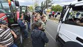 Agricultores franceses bloquean el paso con sus tractores a los camiones procedentes del exterior