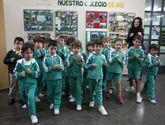 Lúa Piñeiro, con sus alumnos ayer de Los Sauces.