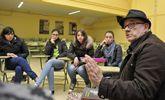 Fernández nun encontro no IES Laxeiro sobre a súa novela «Bícame, Frank!»