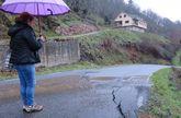 Grietas en la carretera de Esperante, cerca de la casa que está en medio de la ladera peligrosa.