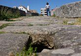 La falta de losas, dice la Xunta, facilita la acumulación de vegetación y suciedad.