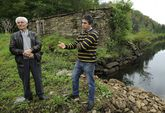 Fernández, último muiñeiro y barqueiro vivo, y Asorey, antecedente más remoto del molino.