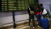 Un grupo de pasajeros consulta los vuelos en el Aeropuerto de Asturias