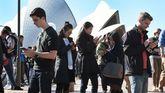 Varias personas se reúnen frente al Palacio de la Ópera de Sydney para jugar al Pokémon Go