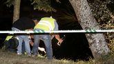 Varias personas con linternas durante las operaciones de búsqueda del desaparecido.