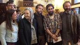 Nuria Espert, junto a varios actores, en el vestíbulo del Jovellanos