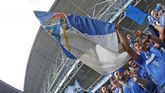 Arturo Elias ondea una bandera en el Carlos Tartiere