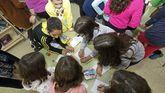 Mohamed (con chándal negro y amarillo) da clases de árabe a un grupo de alumnas en la biblioteca.