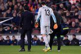 Diego López se retira lesionado en un lance ante el Barça