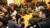 Emilio León interviene durante la presentación de Podemos en la biblioteca del Fontán en enero de 2014