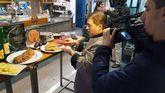 El cocinero César Román trocea uno de sus famosos cachopos