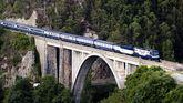 El tren Transcantábrico a su paso por Luarca