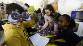 Taller de creación de disfraces ara el entroido en el que participan alumnos de todos los cursos de primaria creando robots