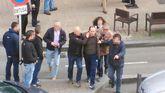 Momento en que el atracador es detenido tras retener a los rehenes de una sucursal de la Caixa en Gijón