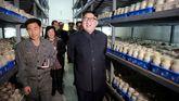 El líder norcoreano, Kim Jong-Un, durante una visita a una fábrica
