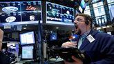 Un empleado de la Bolsa de Nueva York, ante la pantalla con los resultados de las acciones de Ford, Eli Lilly, Pfizer y UPS