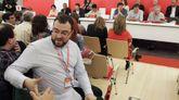 El alcalde de Laviana, Adrián Barbón, miembro del Comité Federal del PSOE y uno de los defensores de las tesis de Pedro Sánchez, saluda a un simpatizante al inicio del Congreso extraordinario de la Federación Socialista Asturiana