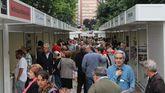 Público en la primera jornada de la Feria del Libro de Gijón, en Begoña