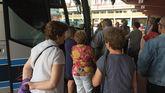 Viajeros a las puertas de un bus en la estación de autobuses