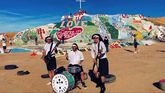 Las Munjitas del Fuzz en Salvation Mountain, California