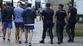 De tres en tres. En la imagen, tomada ayer en Santiago, patrullas de tres policías nacionales vigilan las calles para tratar de identificar cualquier peligro