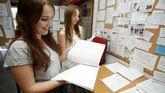 Dos jóvenes comprueban las notas de corte en el campus de Esteiro, en Ferrol