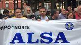 Juan Carlos Monedero, en el centro de la imagen, en la protesta sindical en la estación de Alsa en Gijón