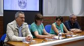 La consejera de Servicios Sociales, Pilar Varela (2i), la edil Ana Rivas (2d), el director general de Vivienda, Fermín Bravo (i), y el presidente de la Asociación Albéniz, Javier Vicente (d), durante la rueda de prensa
