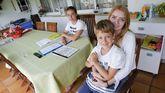 La polaca Marta Stanek, con Lucía y Marcos, los niños a los que ha cuidado en Cabanas durante casi tres semanas
