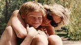 Lady Di abrazando a su hijo el príncipe Enrique