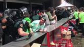 La Guardia Civil desaloja de madrugada la barra del Xiringüelu de Pravia